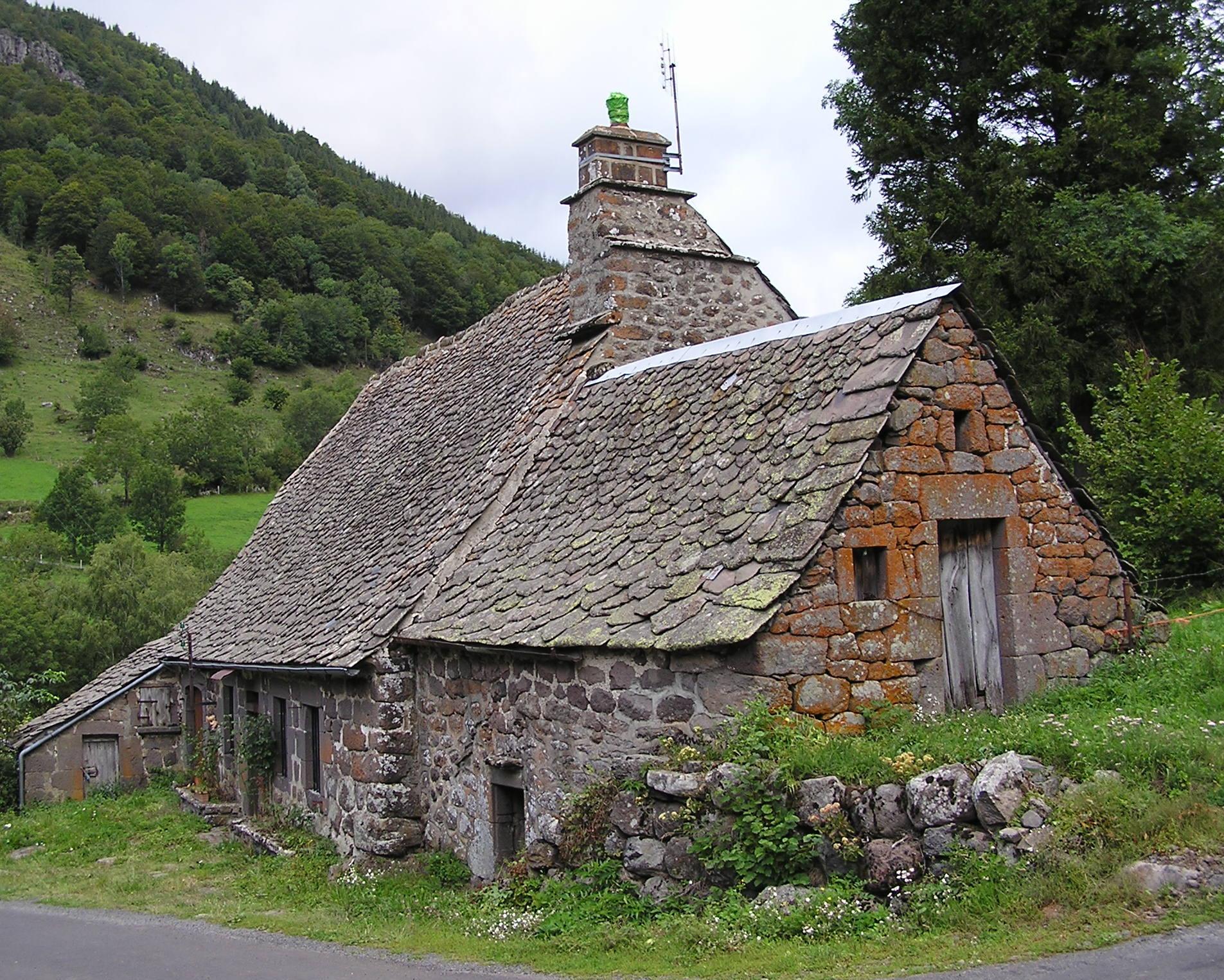 Aper u sur l habitat rural cantalien diversit et types auvergne for Photos maisons anciennes