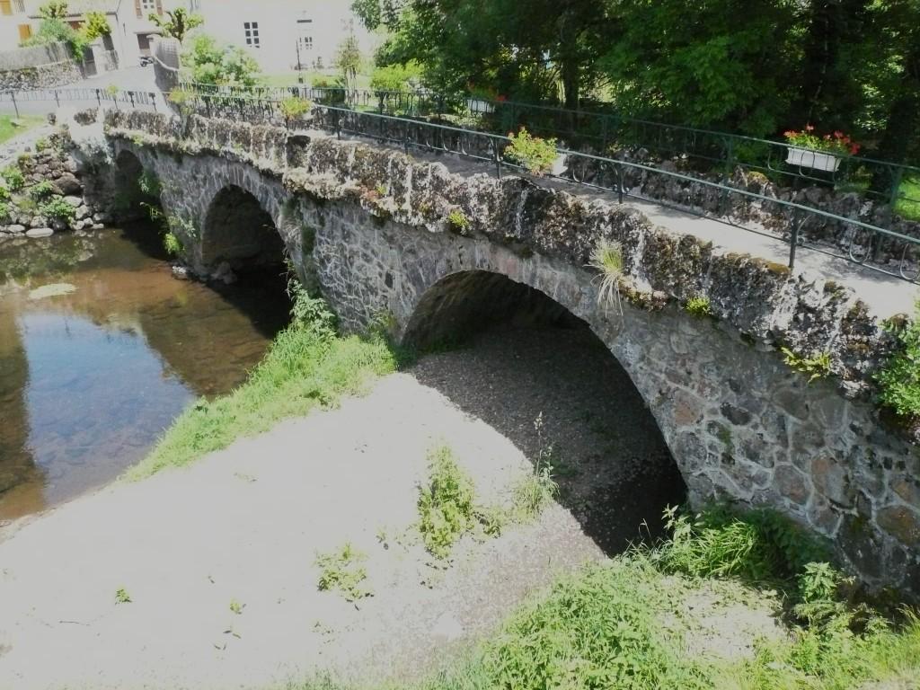 Saint-Simon, le vieux pont sur la Jordanne.